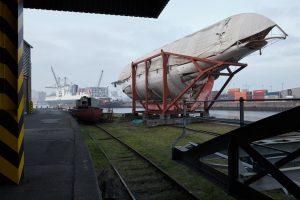 Kreuzeryacht Artemis an den 50er Schuppen im Hamburger Hafen